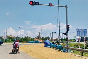 Hiểm họa tai nạn khi đường lộ bị biến thành sân phơi lúa