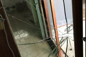 'Kẻ lạ' xông vào trụ sở công ty hủy hoại tài sản giữa ban ngày