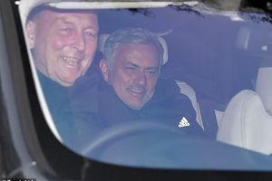 Mourinho và Pogba khác nhau 'một trời một vực' khi tới sân tập MU