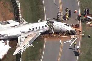 Hiện trường vụ máy bay gãy đôi khi trượt khỏi đường băng ở Mỹ