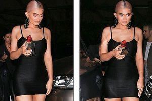 Nàng mẫu Kylie Jenner gợi cảm với đầm hay dây sau 6 tháng sinh con
