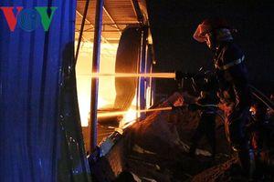 Đã khống chế được vụ cháy nhà xưởng rộng hơn 1.000m2 ở Bình Dương
