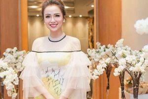 Hoa hậu Diễm Hương bị tố 'kém sang' khi mượn đồ của nhà thiết kế