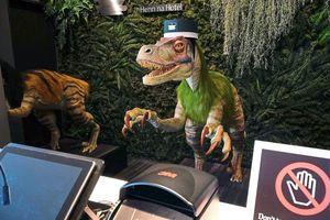 Bất ngờ khủng long đến làm lễ tân cho khách sạn Nhật Bản