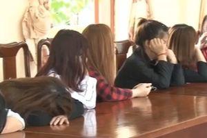 Đột kích 'động' múa hát khiêu dâm tại quán karaoke Hoa Mùa Thu