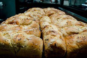 Nếm thử bánh mì hoa cúc ở tiệm Jenny's House