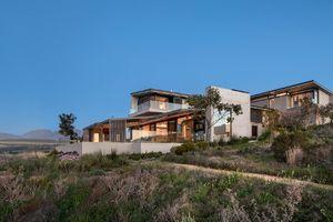 Ngôi nhà bị 'bao vây' bởi cây xanh đẹp quên sầu