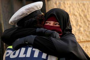 Nữ cảnh sát Đan Mạch bị điều tra vì... ôm người biểu tình