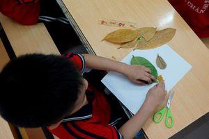 Dùng lá cây khô làm công cụ dạy mỹ thuật