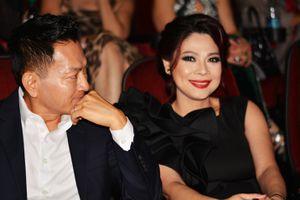 Ca sĩ Thanh Thảo được chồng hộ tống sau hai tháng sinh con