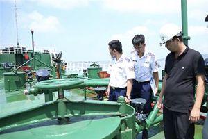 Phát hiện tàu chở 1 triệu lít xăng không rõ nguồn gốc