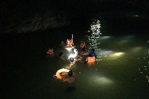 Cảnh sát tìm kiếm học sinh đuối nước trong đêm