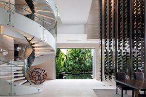 Bên trong biệt thự có cầu thang xoắn cực sang chảnh