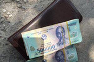 Chiến sĩ CSCĐ trả gần 400 triệu đồng cho người đánh rơi