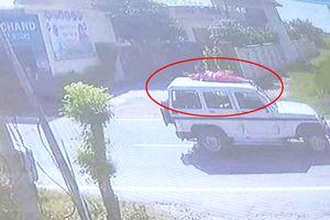 Phản đối cảnh sát bắt chồng, người phụ nữ bị trói trên nóc ô tô diễu phố