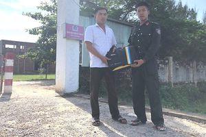Chiến sĩ CSCĐ trả lại túi xách chứa gần 400 triệu cho người đánh rơi