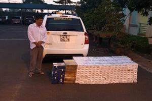 CSGT bắt gọn tài xế taxi chở hàng trăm cây thuốc lá lậu