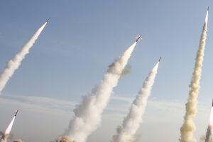 Không yên vụ xả súng diễu binh, Iran dội tên lửa vào Syria
