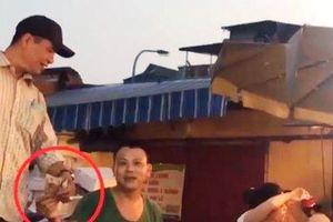 Khởi tố vụ án Cưỡng đoạt tài sản tại chợ Long Biên