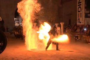 Nghệ nhân chìm trong cột lửa với màn múa đầy nguy hiểm
