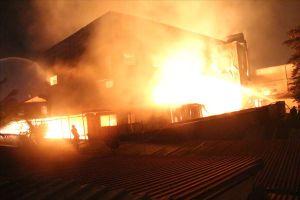 Đám cháy xưởng gỗ đang có nguy cơ lan sang 3 công ty gỗ khác và hàng chục nhà dân