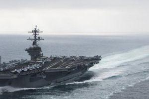 Xuồng cao tốc Iran rượt tàu sân bay Mỹ chạy 'té khói'