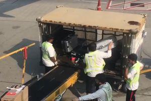 Nhân viên sân bay Hồng Kông ném hành lý, khiến dư luận bức xúc