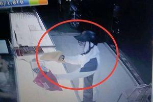 Truy bắt kẻ lạ mặt dùng vật nghi là súng xông vào cướp tiệm vàng