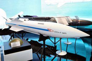 Su-57 Nga Nga tựa 'hổ thêm cánh' với tên lửa siêu âm R-37M tầm siêu xa
