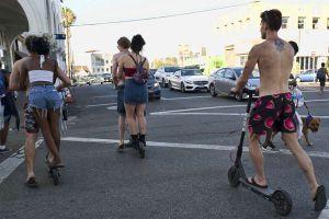 Tranh cãi đi xe scooter điện không đội mũ bảo hiểm ở California