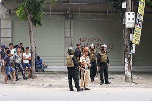 Công an Vinh cấm đường, bao vây người đàn ông cố thủ trong nhà