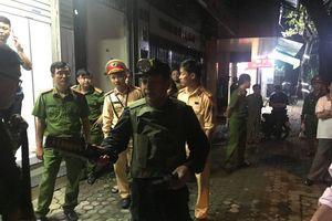 2 người cố thủ ra đầu thú, cảnh sát khám hiện trường trong đêm