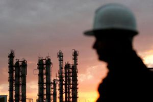 Giá dầu châu Á vẫn ở quanh mức cao nhất trong bốn năm