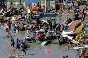 Người dân Indonesia chọn cách ngủ ngoài trời do lo sợ động đất