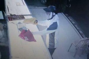 Nam thanh niên bịt kín mặt cầm theo vật giống súng giả vờ vào tiệm mua vàng cướp tài sản