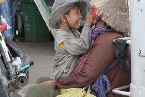 Nụ cười của đứa trẻ ăn xin dành cho mẹ khiến nhiều người rưng rưng