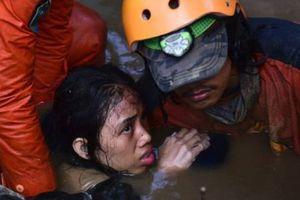 Cô gái 15 tuổi sống sót bên thi thể người mẹ sau sóng thần ở Indonesia