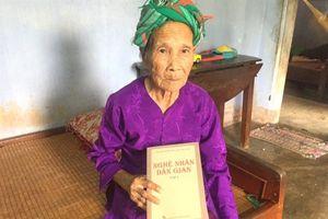 Cụ bà 93 tuổi trở thành 'báu vật nhân văn' của bài chòi miền Trung