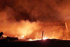 Bình Dương: Công ty sản xuất gỗ bốc cháy dữ dội, người dân hoảng loạn di dời đồ đạc