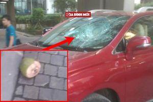 Vỏ dừa 'bay' xuống từ chung cư cao tầng phá nát kính xe ô tô