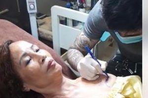 Cô dâu 62 tuổi tiết lộ lý do xăm tên chồng trẻ lên ngực
