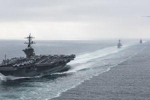 Tàu sân bay Mỹ bị 'hạm đội' xuồng cao tốc Iran truy đuổi