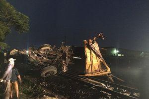 Giải cứu an toàn 2 phụ nữ mắc kẹt trong vụ xe tải 8 tấn bị tàu hỏa húc