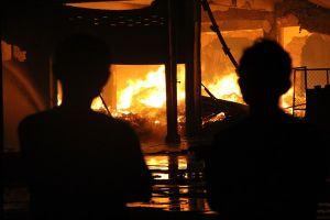 Cảnh sát PCCC thâu đêm dập lửa cháy xưởng gỗ, công nhân ở trọ ôm đồ bỏ chạy