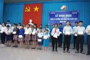 100 học sinh ở Trà Vinh nhận học bổng Quỹ Hạt giống Việt