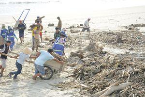Thu gom 10 tấn rác dạt vào bờ biển Đà Nẵng