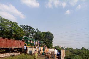 Hà Nội: Xe tải chở 5 người bị tàu hỏa đâm biến dạng, kéo lê cả chục mét