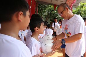 HLV Park Hang Seo 'gieo ước mơ' bóng đá cho trẻ em nghèo