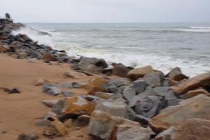 Phú Yên: Triều cường uy hiếp trạm hải đăng và người dân