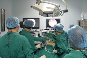 Lần đầu tiên trên thế giới: Việt Nam phẫu thuật nội soi một lỗ thành công !